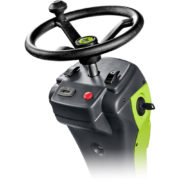 Kosiarka samojezdna z zasobnikiem FD 450 - kierownica (widoczne przyciski do regulacji wysokości oraz włączania kosiska oraz licznik motogodzin)