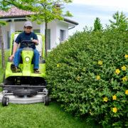 Kosiarka samojezdna z zasobnikiem FD 450 - gabaryty i zwrotność maszyny pozwalają na dokładne koszenie trawy wokół drzew i krzewów