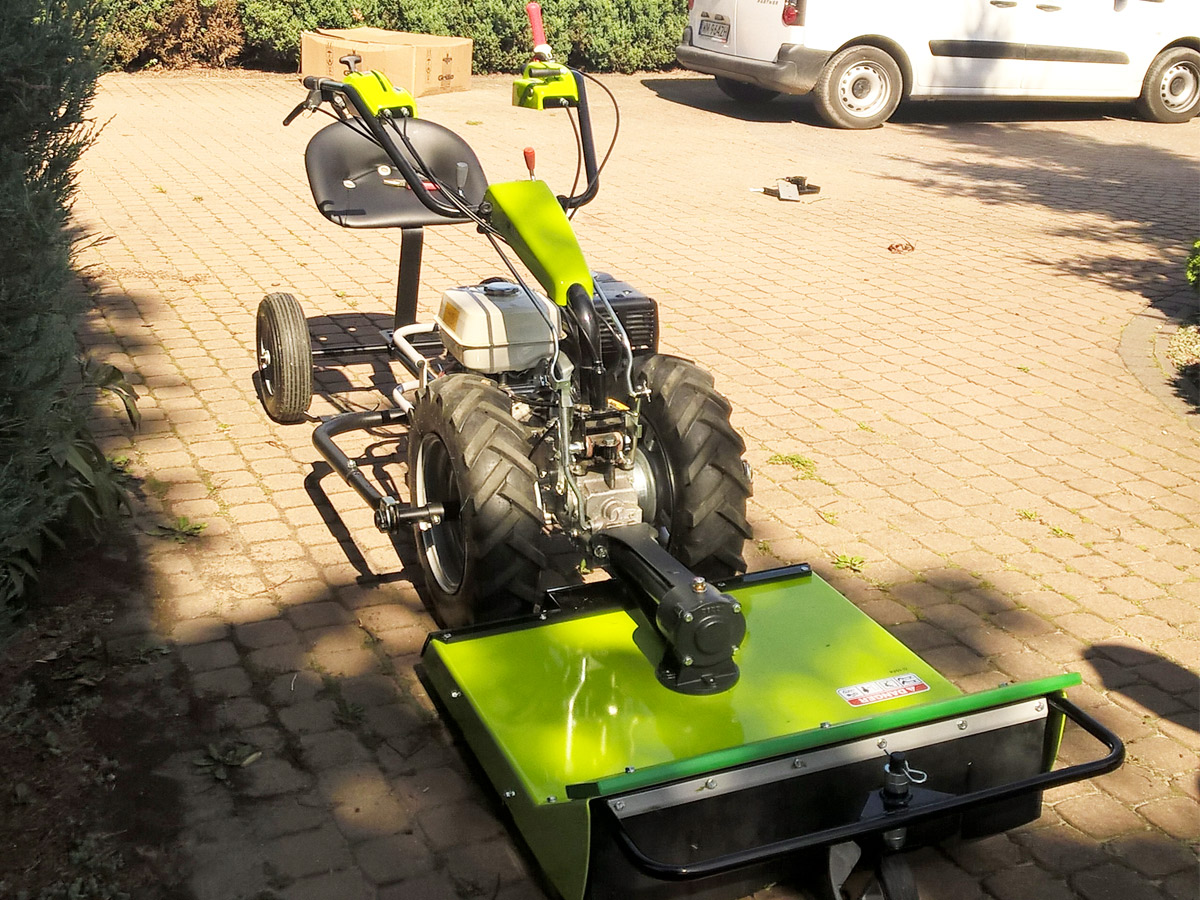 Traktorek jednoosiowy Grillo G 110 rozbudowany o kosiarkę rotacyjną 75 cm oraz wózek dla operatora