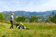 Traktorek jednoosiowy z kosiarką listwową w akcji