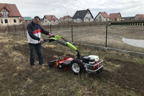 Dostawa maszyny jednoosiowej do firmy zakładającej ogrody Green Hortus